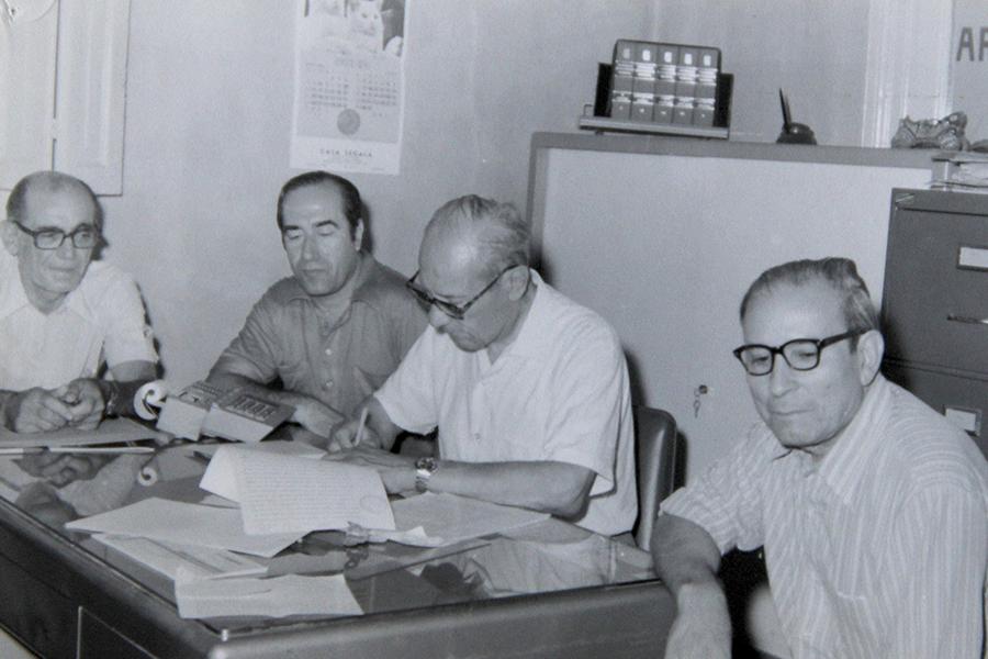 Se firma el contrato para provisión de agua potable en Sampacho en el año 1977, con la presencia del Presidente Enrique Medeot, Tesorero Alfonso Tomasini, Intendente Héctor D'Andrea y el Director de la Dirección Provincial de Hidráulica.