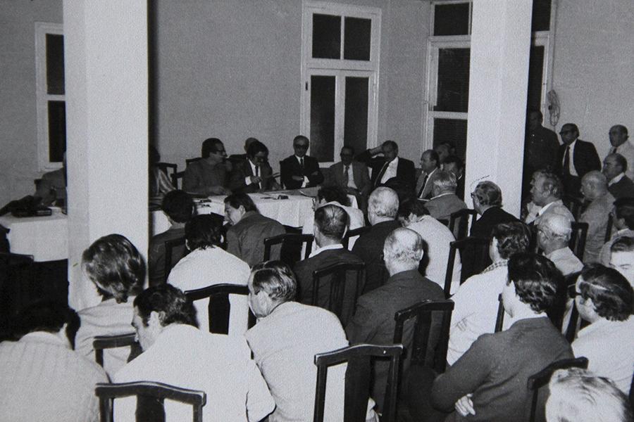 Año 1978. Asistentes al acto del inicio a la importante obra de electrificación rural que marcó un notable impulso al agro de la zona.