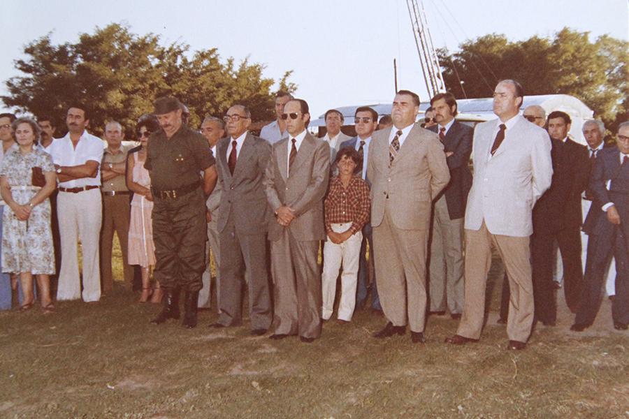 El Presidente de la Cooperativa Ernesto Brunelli, el Intendente Héctor D'Andrea, el Dr. Constancio Beltramo y otros asistentes al acto de inauguración de la electrificación rural. Año 1980.