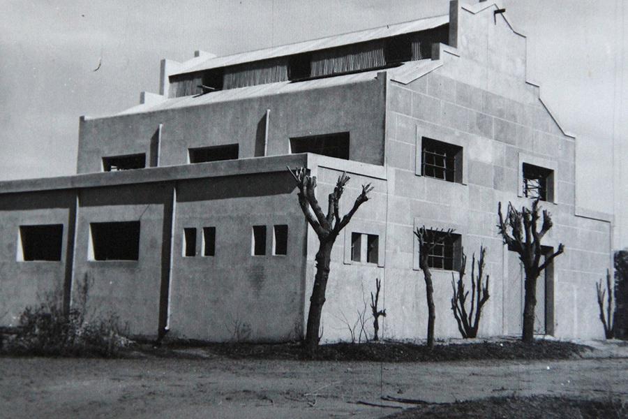 Edificio donde funcionaba la usina eléctrica a comienzos de la década de 1960, sobre calle Pueyrredón.