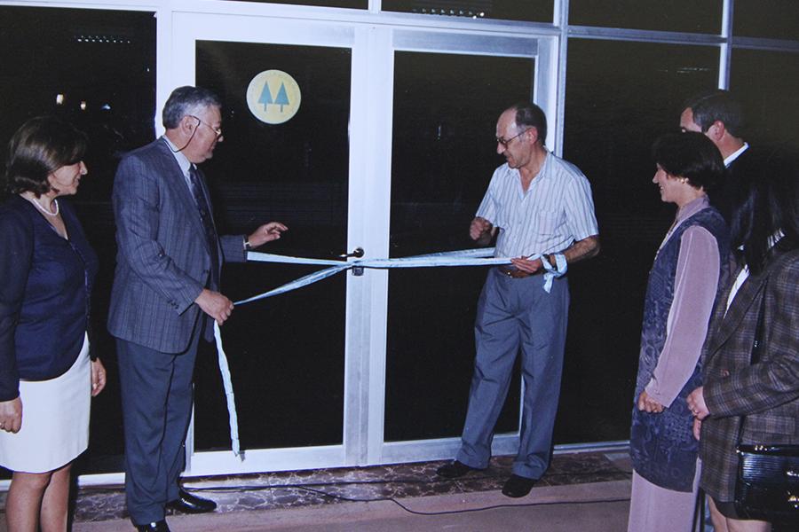 Inauguración de la primera etapa del edificio social, año 1996. Corte de cintas por los ex presidentes Ernesto Brunelli y Diego Esperanza y la presencia del Presidente en ejercicio Antonio Rubén Devigilli.