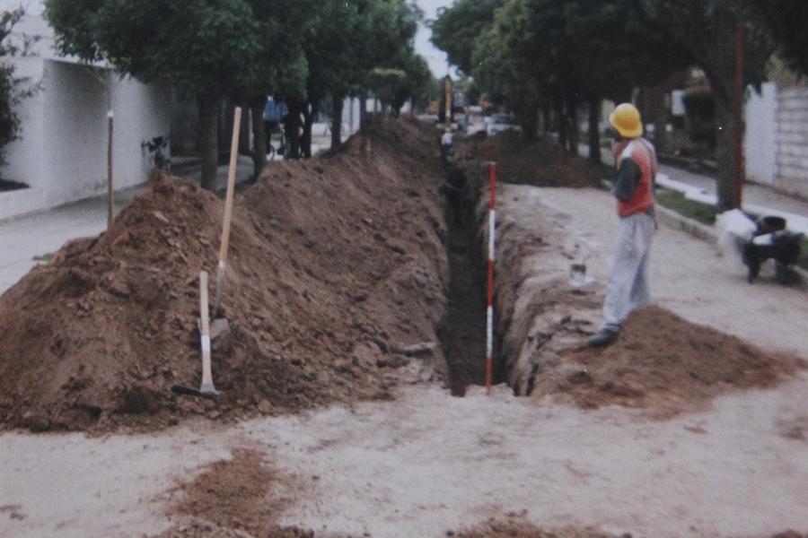 Ejecución de la obra de desagües cloacales en el barrio 25 de Mayo en el año 2000.