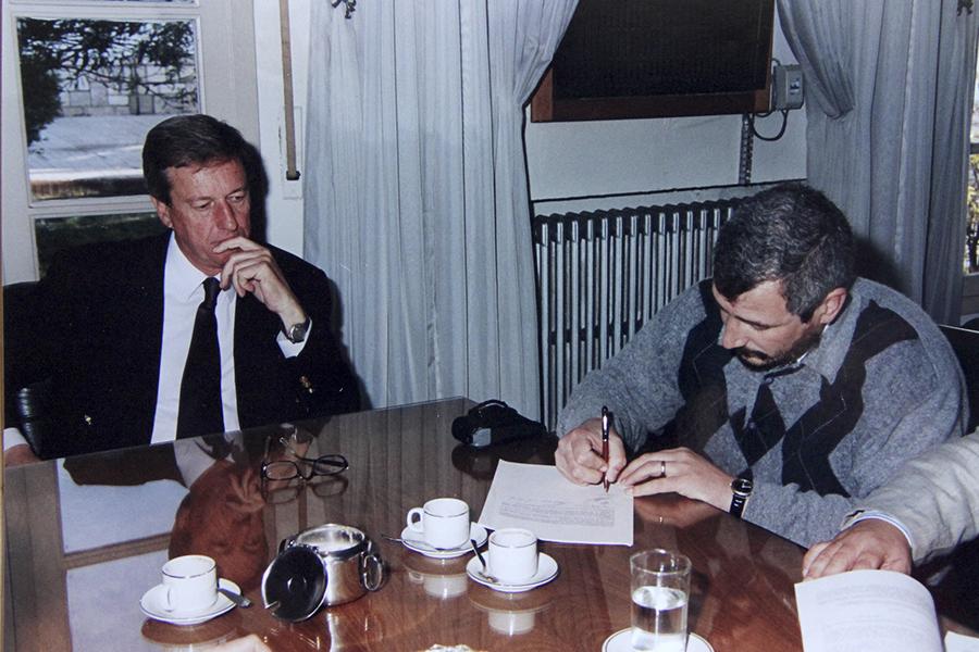 Firma del convenio para la obra de desagües cloacales en septiembre de 1998 en Casa de Gobierno Provincia de Córdoba, a cargo del presidente Antonio Devigilli y el Ministro de Obras Públicas Arq. Irós.